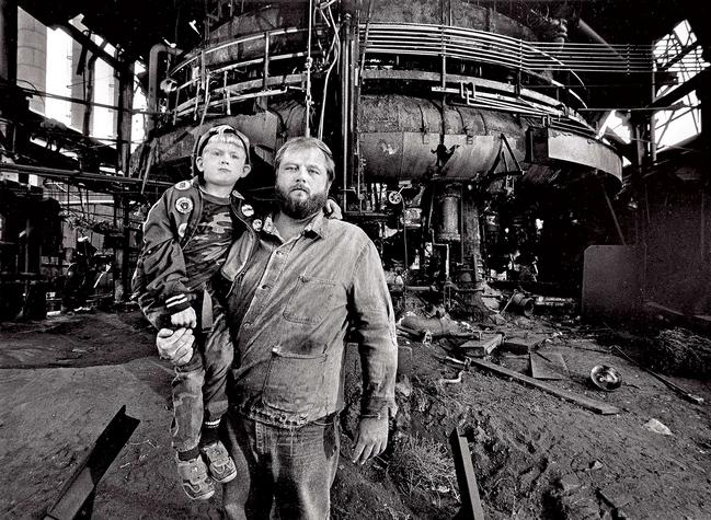 Už jste zapomněli, že máme jména. (Bílí pracující ve Springsteenem proslaveném Youngstownu, otec a syn v roce 1984) • Autor: The Washington Post/Getty Images
