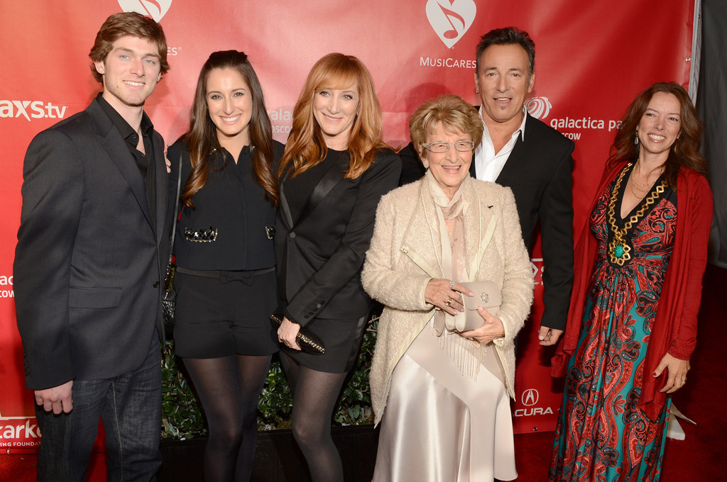 Evan James Springsteen (syn), Jessica Rae Springsteen (dcera), Patti Scialfa (manželka), Adele Springsteen (maminka), Bruce Springsteen a Pamela Springsteen (sestra)